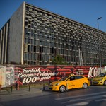 Beindul az Erdogan-dózer, lerombolják a 2013-as tüntetések szimbólumát