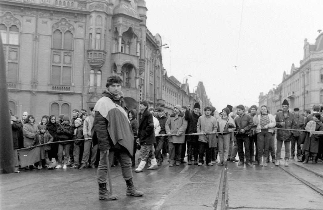 fortepan. Temesvár 1989, román forradalom - 1989 December 16. sugárút és a Tudor Vladimirescu út kereszteződése. Romániai forradalom