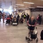 Akadálymentesített metróért tüntettek Budapesten