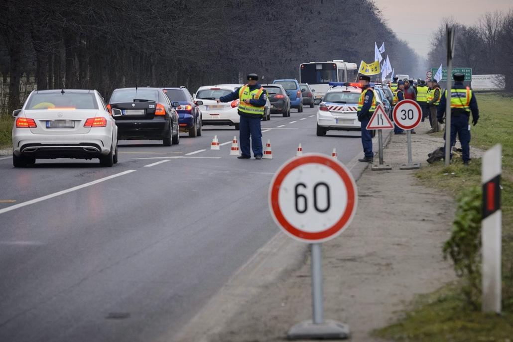 mti. Útlezárások - Bocskaikert - 2015.12.15. Félpályás útlezárás a Liga Szakszervezetek forgalomlassító demonstrációján Debrecen határában, a 4-es főúton 2014. december 15-én. A Liga demonstrációin a tervek szerint az ország 62 pontján legalább 1600 gépko
