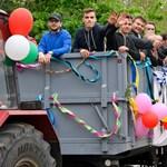 """Ilyen egy igazán rendhagyó ballagás Debrecenben: tizenhárom traktorral """"ballagott"""" az iskola"""