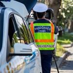 Telefonálás miatt akarták megbüntetni a sofőrt a rendőrök, de kiderült, hogy nincs jogosítványa, ráadásul körözik is