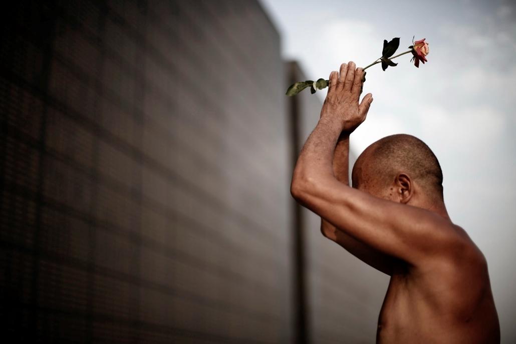 hét képei - epa. egy kínai férfi imádkozik az 1976-os tangsani földrengés áldozatainak emlékművénél július 27-én, egy nappal a földrengés 40. évfordulója előtt. A Pekingtől mintegy 150 km-re, keletre fekvő városban pusztító természeti katasztrófában közel