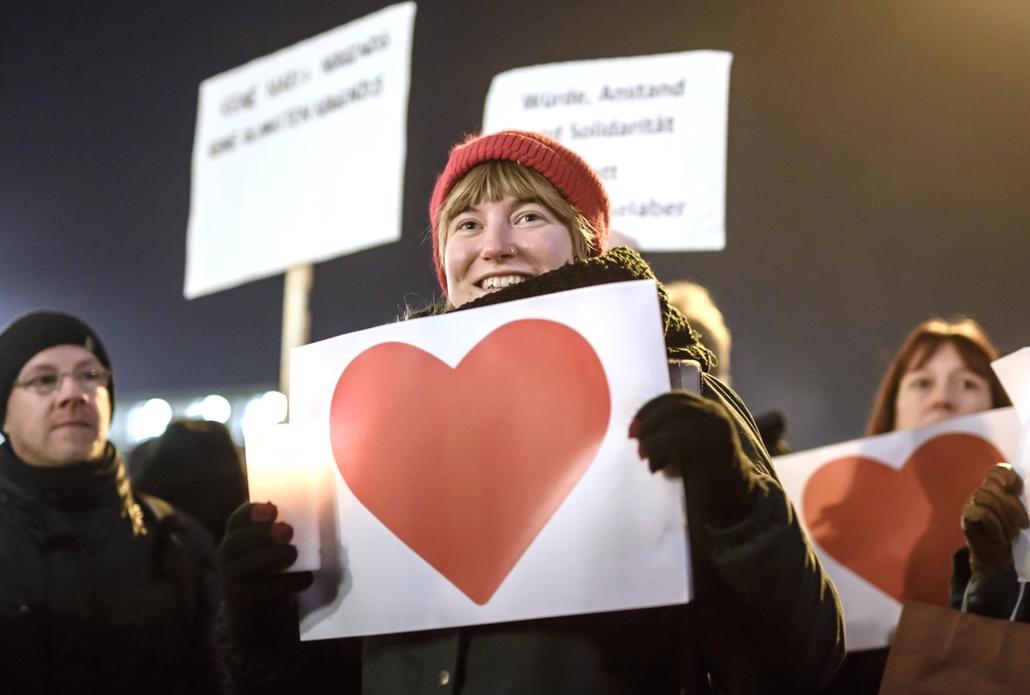afp.16.12.21. Tüntetők Berlin utcáin, az adventi vásáron történt terrorcselekmény helyszínén.