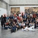 Photoshoppal varázsolt fekete diákokat egy csoportképre egy francia iskola