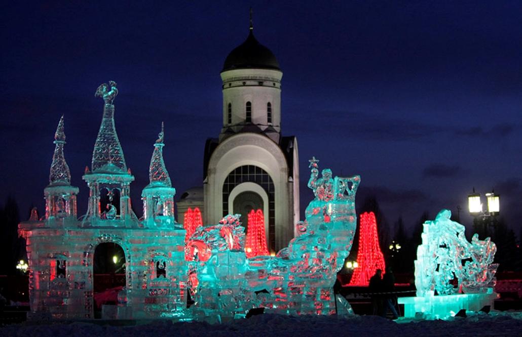 Jégszobrokat tekintenek meg a moszkvai jégszobrászati fesztivál látogatói 2010. január 3-án.
