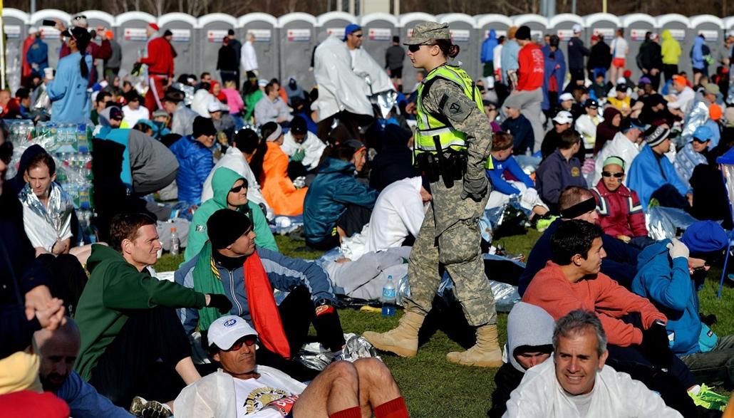 epa. hét képei Bostoni maraton, Hopkinton, 2014. április 21. Katonai rendőr megy a 118. bostoni maraton rajtjára váró futók között a Massachusetts állambeli Hopkintonban 2014. április 21-én. Az előző évi futóversenyen elkövetett kettős terrorrobantás miat