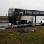 Fotó az M7-esen kiégett buszról
