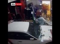 Autójukkal együtt rontottak be egy üzletbe a tolvajok, hogy ellopjanak egy ATM-et