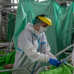 Operatív törzs: Nincs a kórházakban olyan gyakorlat, hogy választani kellene, ki kapjon intenzív ellátást