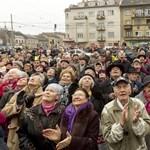 Fotók: tömegek bámulták a lebegő tornyot a Bosnyák téren