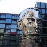 Elképesztő szobrot állítottak Kafkának Prágában