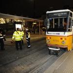 Egy gördeszkás miatt siklott ki a villamos a Széll Kálmán téren – fotók