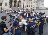 Momentum abrió un balcón en el Parlamento, salió la policía