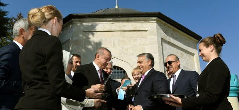 Erdogan sajátos szokása okozott félreértést a Gül Baba türbéjének átadóján