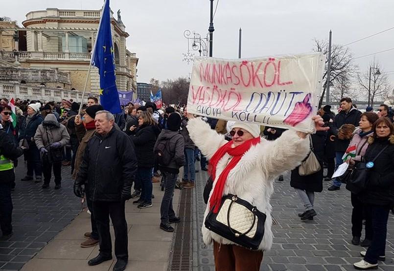 Budapest blokádja egyelőre elmaradt, néhány ezren a Várkert Bazárnál - tüntetés percről percre