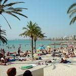 Tavasz karantén idején: napfürdőzés maszkban a tengerparton