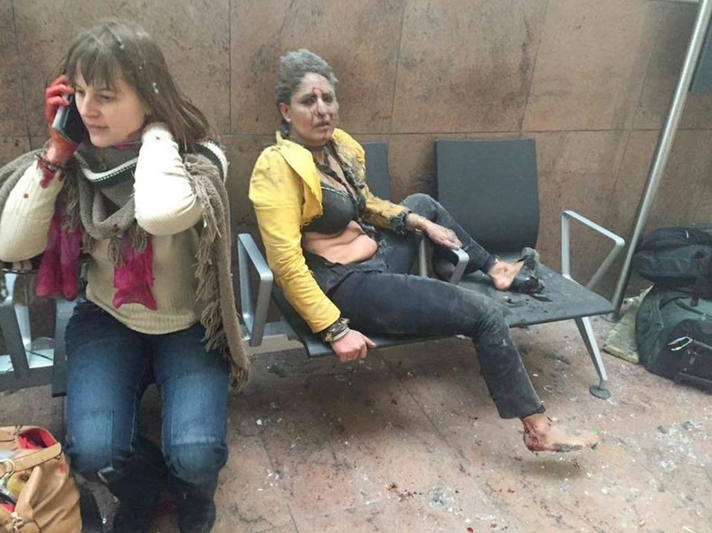 hét képei - afp.16.03.22. - két sebesült nőről a brüsszeli Zaventem nemzetközi repülőtéren, miután kettős robbantás történt 2016. március 22-én.
