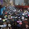 Több százezren tüntettek békésen Hongkongban