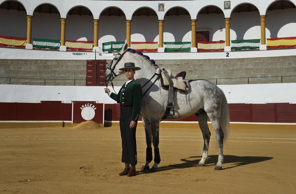 afp.18.02. - AFP Nőnap - Francia Lea Vincens 33 éves rejoneador ( lóról bikaviadal) Spanyolországban Huelvában
