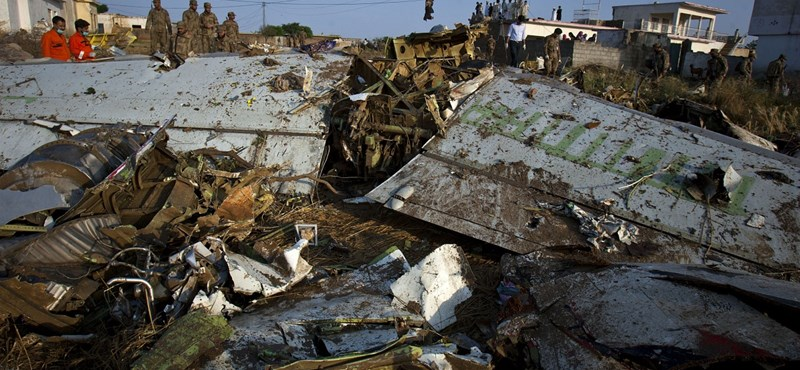 Fotók a pakisztáni repülőszerencsétlenség helyszínéről