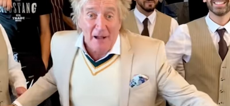 This is how Rod Stewart celebrates with Hungarian waiters