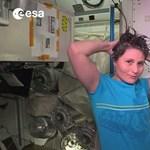 Mindenki szeme láttára megfürdik az első olasz női asztronauta – videó
