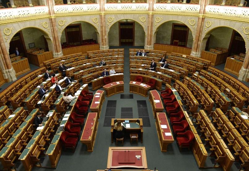 Szétbeszéli az ellenzék a parlamenti vitát, mielőtt szájkosarat tesz rájuk a Fidesz