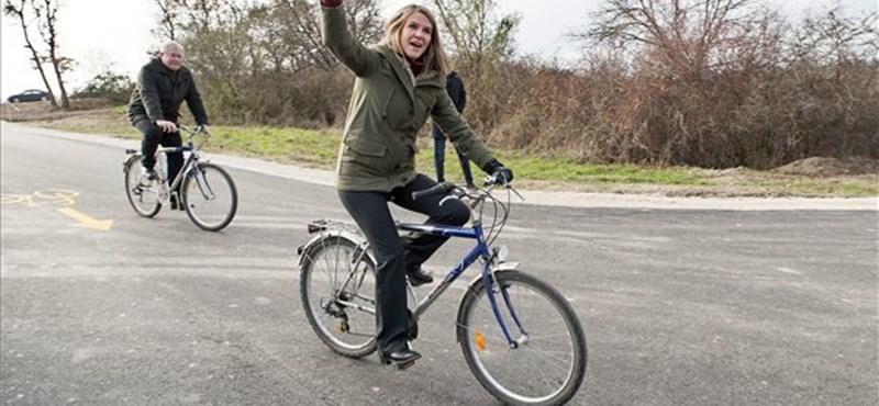 Fotók: Colleen Bell gondolt egyet, és kerékpárra pattant Fazekas miniszterrel