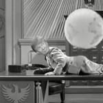 Trump játszadozik a Földdel - nem tudjuk sírjunk vagy nevessünk a Chaplin-ihlette a mémen