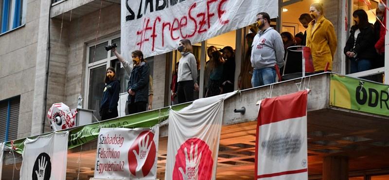 Ismét üzentek az SZFE-hallgatók Szarka Gábornak