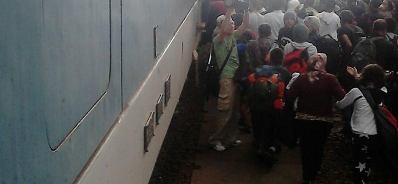 Kinyitották a Keletit, megrohanták a menekültek a vonatokat – fotó, videó