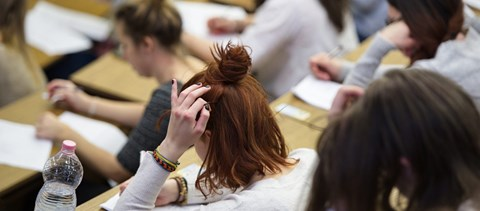 Rengeteg szülő háborog a Facebookon, ingyenes vonatjegyet kapnak a 18 évesek: a hét hírei
