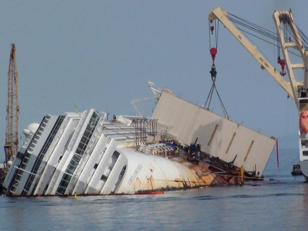A Costa Concordia kiemelése, Giglio, 2013. április 17. Technikusok dolgoznak az olaszországi Giglio sziget partjainál 2012. január 13-án zátonyra futott Costa Concordia óceánjáró kiemelésén 2013. április 17-én.