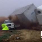 Pont a tévések előtt végzett hatalmas pusztítást a ködből előbukkanó kamion – videó