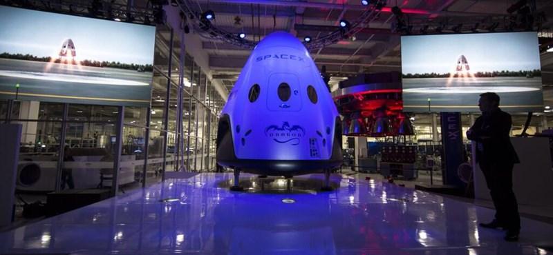 Júliusban már embereket küldene az űrbe a SpaceX