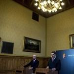 Kormányinfó: Párizsból üdvözölte az újságírókat Orbán