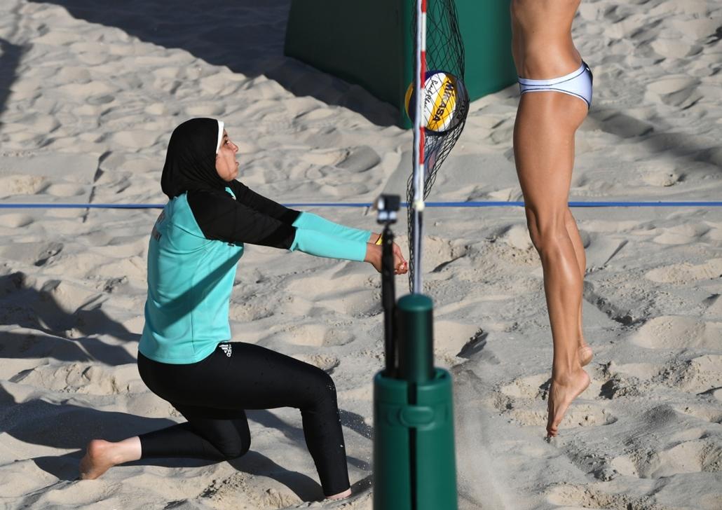 afp.16.08.11. - Az egyiptomi Doaa Elghobashy és a kanadai Kristina Valjas a női strandröplabda selejtezőnjében augusztus 11-én. - olimpia, riói olimpia 2016, olimpia 2016