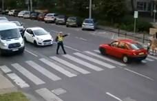 Előtte állt a rendőr, mégis majdnem elgázolt két gyalogost a zebrán – videó