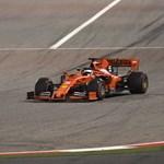 Videón, ahogy Vettel megpördül, azután elhagyja az első szárnyát