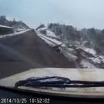 Így csinál bolondot a fekete jég az autósból – videó