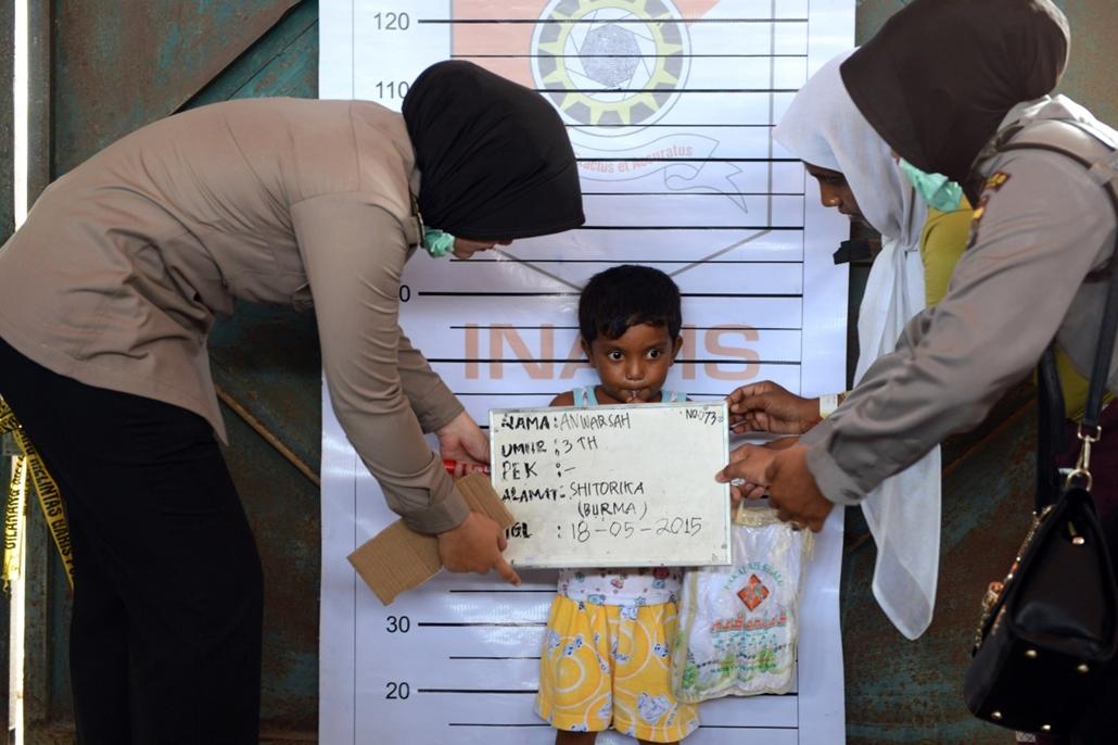 afp.15.05.18. - Kuala Langsa, Indonézia: Anwar Sah, a hároméves Rohingya menekült gyermek a helyi rendőrségen fényképkészítés közben - 7képei, menekült, migráció