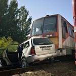 Autó és vonat ütközött Bajánál – fotók