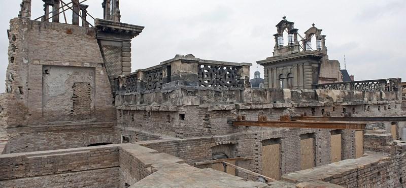 Fotó: Átadták a tavaly leégett Andrássy úti palota ideiglenes védőtetejét