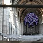 Védősisak, távolságtartás – kis koncertet adtak a leégett Notre-Dame-ban
