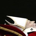 Megrohamozták a hívek II. János Pál pápa sírját