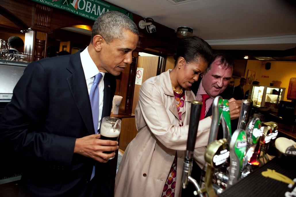 lehetőleg ne - flickrCC_! - 11.05.23. - Moneygall, Írország: Michelle Obama sörcsapolás közben a Moneygall városában található Ollie Hayes' Pubban 2011. május 23-n. - Barack Obama nagyítás