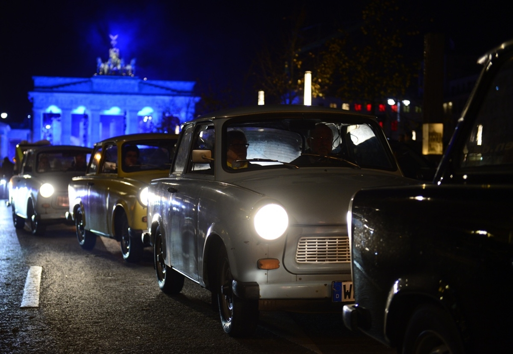 afp. Berlini fal leomlásA 25 éve 2014.11.09. Trabis drive on the eve of a gala marking the 25th anniversary of the fall of the Berlin Wall, at the Brandenburg Gate, on November 8, 2014 in Berlin.