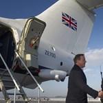 Szijjártó rázott kezet a Ferihegyen leszálló Cameronnal – fotó