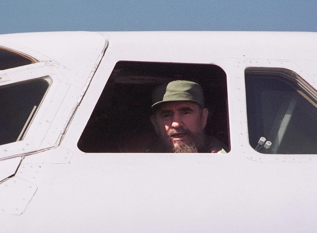 afp.97.12.31. - Havanna, Kuba: Fidel Castro kubai elnök a Concorde pilótafülkéjében. - Concorde, repülőgép, nagyítás
